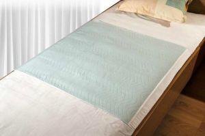 Wasbare bed onderlegger met instopstroken 85x90cm